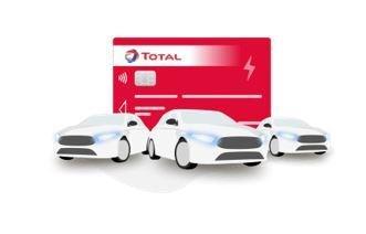Trois voitures devant une carte TotalEnergies