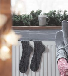 Chauffage radiateur, tasse à café et chaussettes hautes